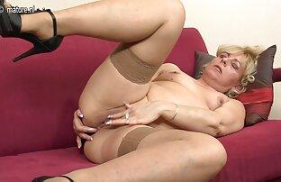 Femme brune super chaude prend une grosse fille nue en live bite