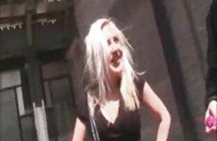 Filles les belles femmes noires nues blondes se frottant les mamelons et les bribes