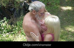 Deux adolescents partagent la même fille nue suce bite